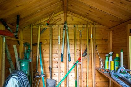 Gartenwerkzeuge im Gartenhaus