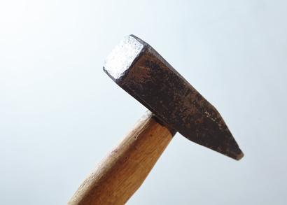 Hammer auf weißem Hintergrund