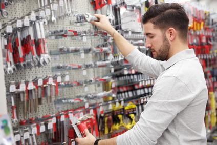 Ein Mann kauft Schraubenschlüssel