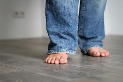 Barfuß auf Fußbodenbelag mit Heizung