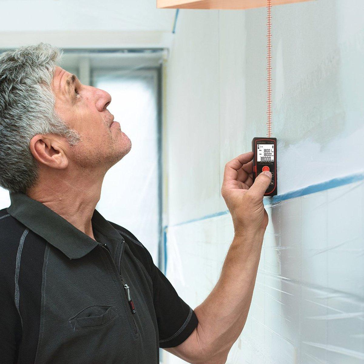 Mann hält einen Laser Entfernungsmesser